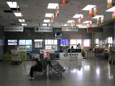 水頭港到着ホールの航空便チェックインカウンター。到着客はここで手荷物を預け入れると楽に空港まで行ける。