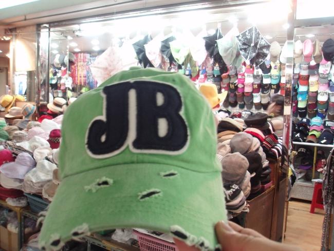 「JB」な帽子