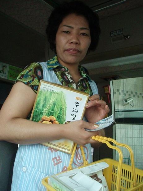バスの車内でおまんじゅうを買う