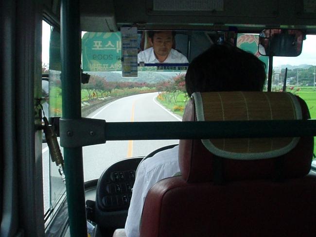 運転手のすぐ後ろに着席