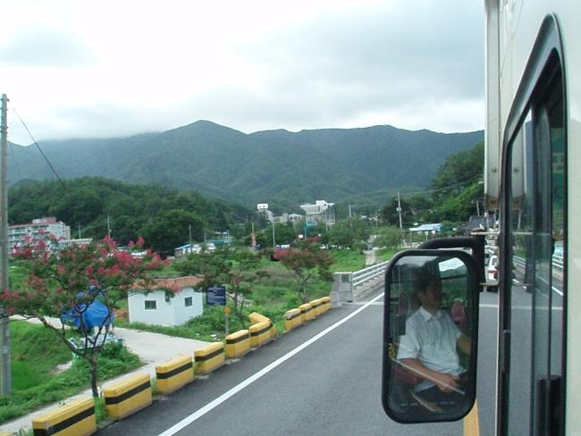 バスは田舎道を行く