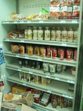 コンビニの冷蔵庫。コーヒー牛乳!