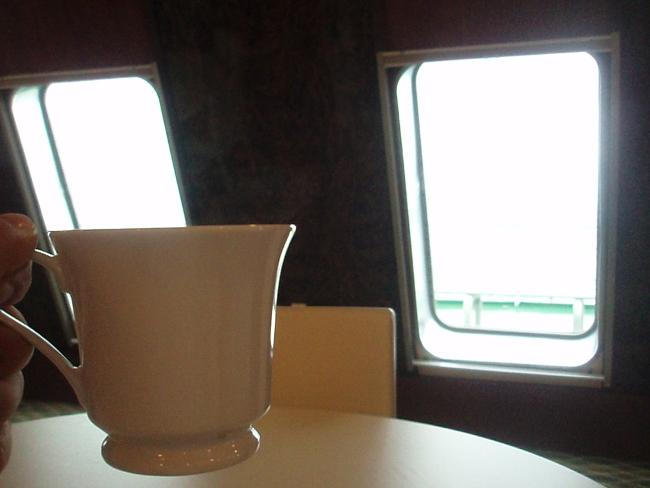 船窓を眺めながらコーヒーを戴く
