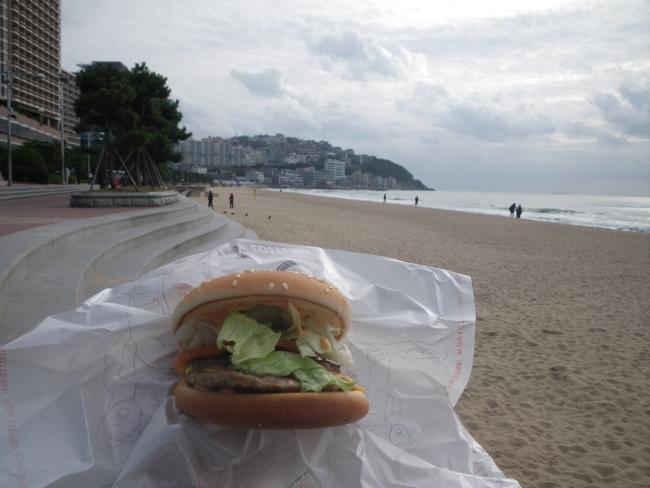 ビーチでハンバーガー