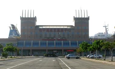 台中港フェリーターミナル(臺中港旅客服務中心)と「中遠之星」