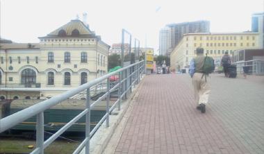 フェリーターミナルから駅前広場へ連絡橋を歩く