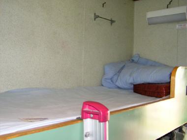 石島号の薄汚れた2等寝台