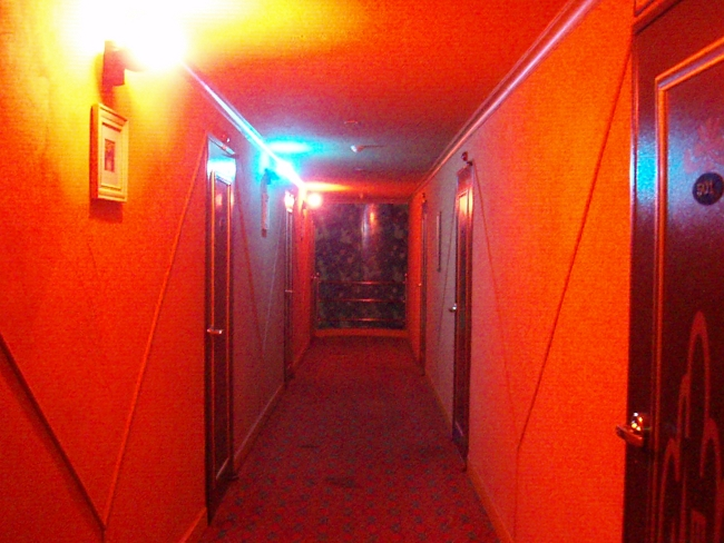 ピンクな廊下