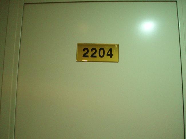 船室のドアを開けると…