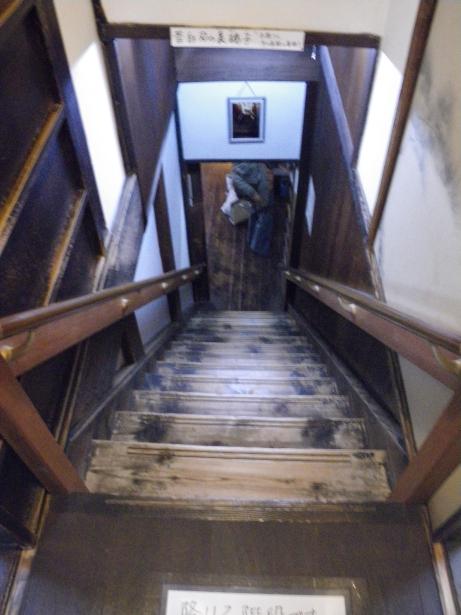 裏階段上から下