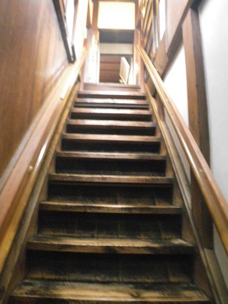 裏階段下から上