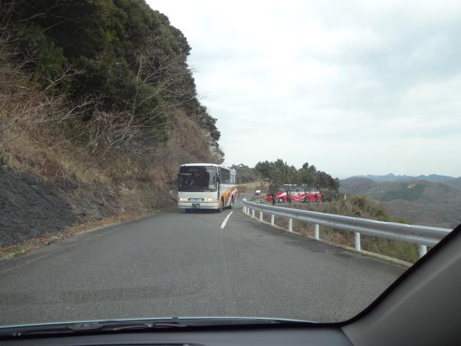 バックするバス