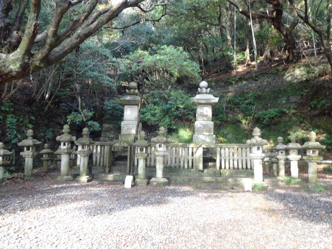 最も大きい21代義真と夫人の墓