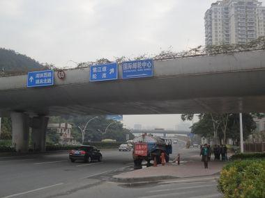ターミナルからスロープを降りて南へ向いたところところ。バス停「国際郵輪碼頭」はこの先。反対車線へは奥に見える高架橋下の横断歩道を渡る。
