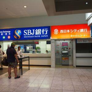 1階左手にSBJ銀行の両替コーナーと日本の銀行のATMがあります
