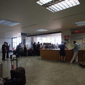 上海フェリー(蘇州号)と中国国際フェリー(新鑑真号)の乗船手続きカウンター。出国ロビーはカウンターの左奥から。