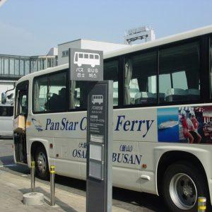 コスモスクエア駅行きの送迎バスはフェリーターミナルの玄関前から出発