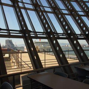 フェリーターミナル3階の展望デッキ。無料で利用できます。出港ロビーが混んでいるときはこちらで待機するのがおすすめ。