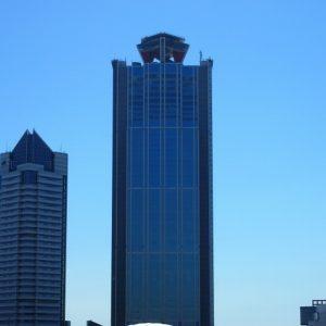 フェリーターミナルから見える最も高い建物がWTCコスモタワー。建物の1階にある三井住友銀行コスモタワー出張所では外貨両替(米ドルのみ)ができる。