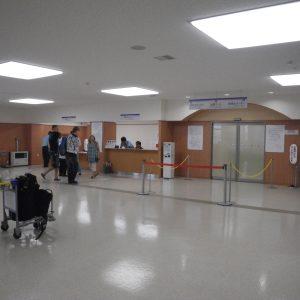 左が乗船受付カウンター、その右にターミナル施設利用料の券売機、中央の扉は出国ゲート